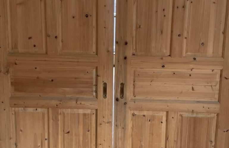 戸建 LDKを分ける両引き戸の調整